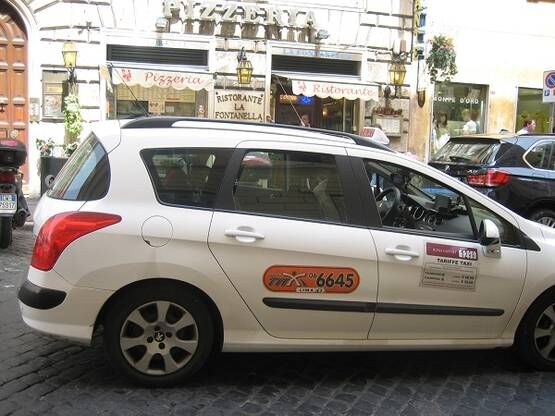 イタリア・ローマのタクシーの乗り方~料金・カード払い・アプリ・注意点